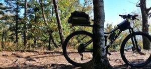 Kamera an board -Mountainbike im Schatten einen an Baum gelehnt