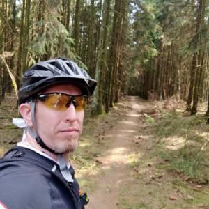 Auf einem Waldweg unterwegs